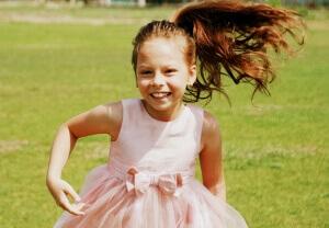 zdjecie biegnącej dziewczynki