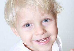 uśmiechnięty chłopiec na zdjeciu
