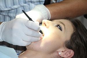 Zabieg dentystyczny abrazji powietrznej