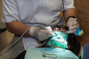 ból zęba po leczeniu kanałowym pacjent i lekarz