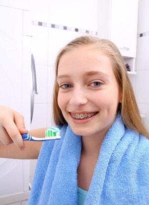 Jak dbać o zęby z aparatem