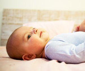 Leżące dziecko na pleckach