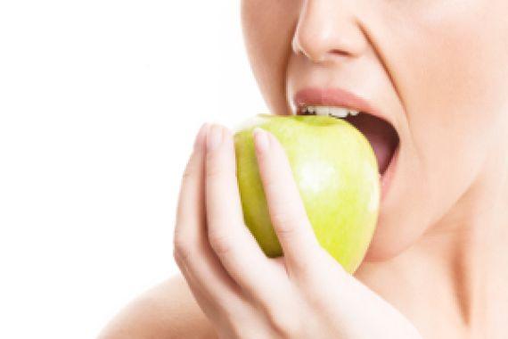 zdrowe zęby kobieta jedzenie