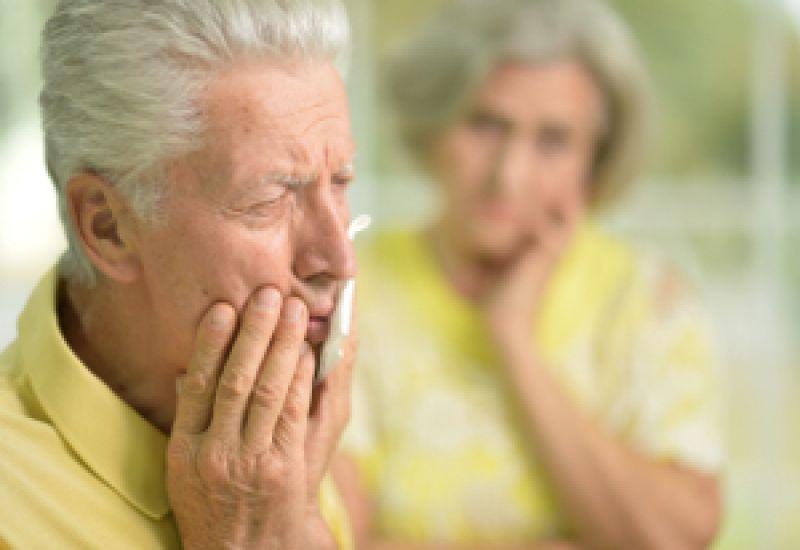 starszy mężczyzna proteza zębowa