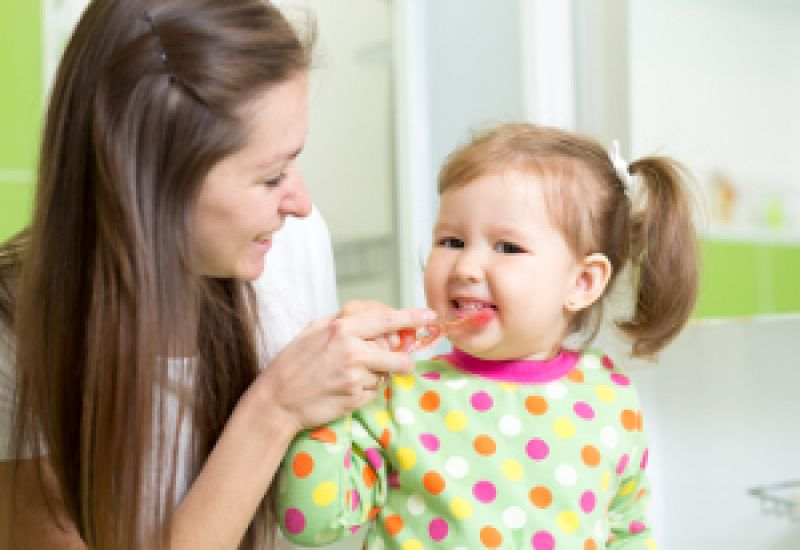 mycie zębów u dzieci mama z córką