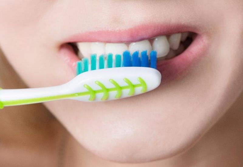 niszczone zęby przez zbyt mocne szczotkowanie