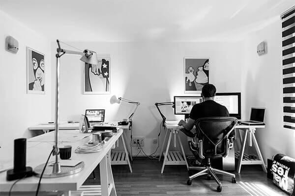 Osoba pracująca w biurze