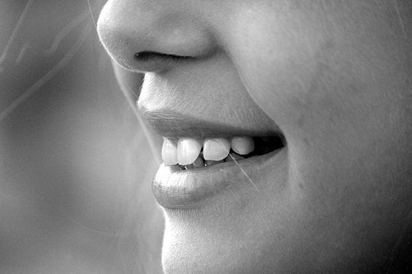 Piękny zdrowy uśmiech