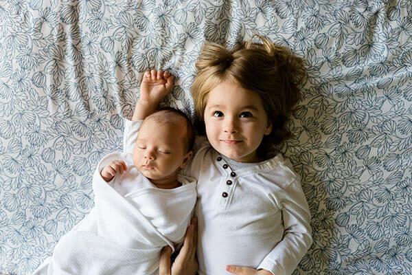 Dzieci, rodzeństwo na kocu