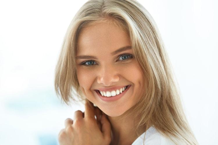 uśmiechnięta kobieta pokazuje zęby